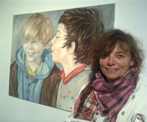 Jo with one of her paintings (joannadavies.co.uk)